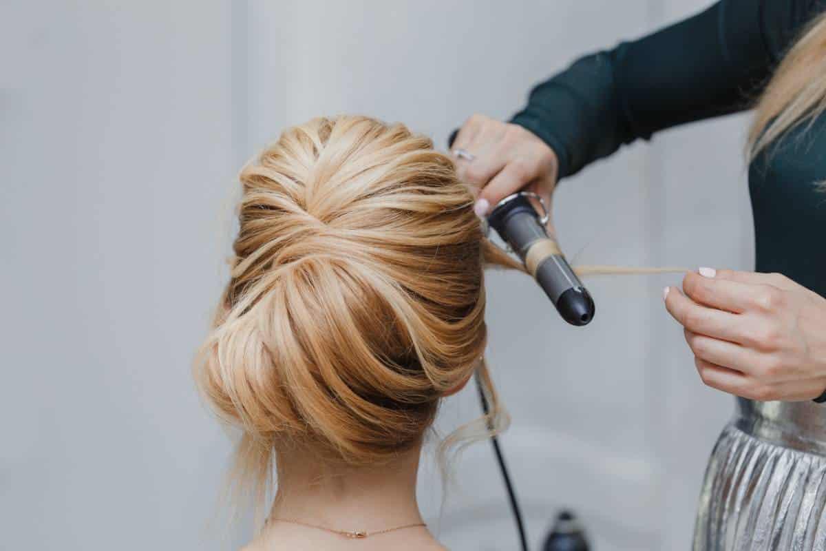Mise en beauté pour les fêtes : opter pour la coiffure à domicile
