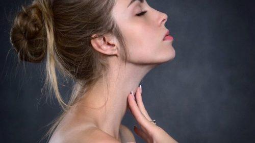 Comment éliminer le double menton avec le Yoga du visage ?